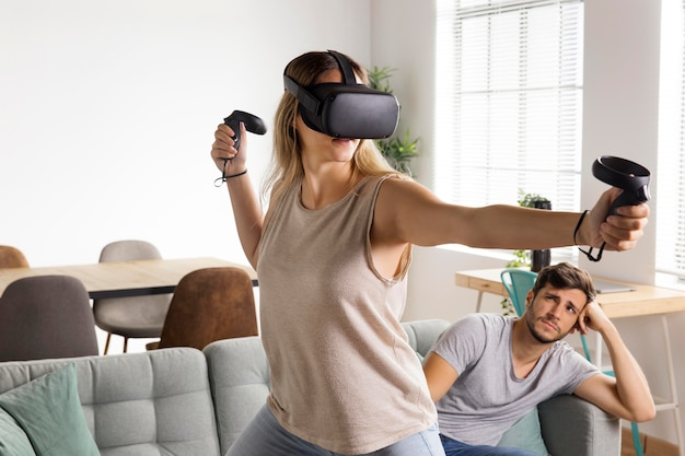 Frau mit mittlerem schuss, die ein videospiel spielt
