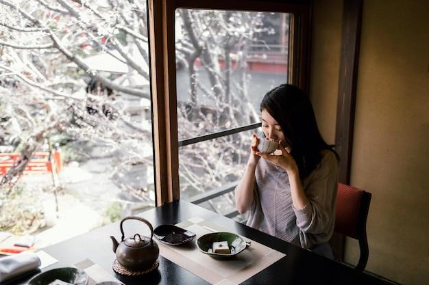 Frau mit mittlerem schuss, die isst