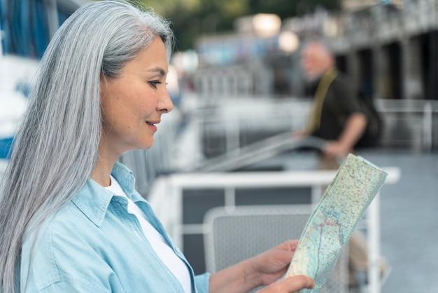 Frau mit mittlerem schuss, die karte liest