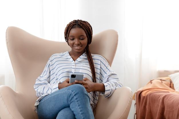 Frau mit mittlerem schuss, die telefon hält