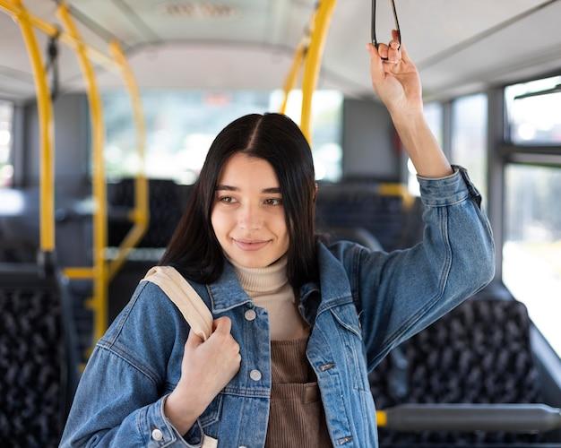 Frau mit mittlerem schuss im bus