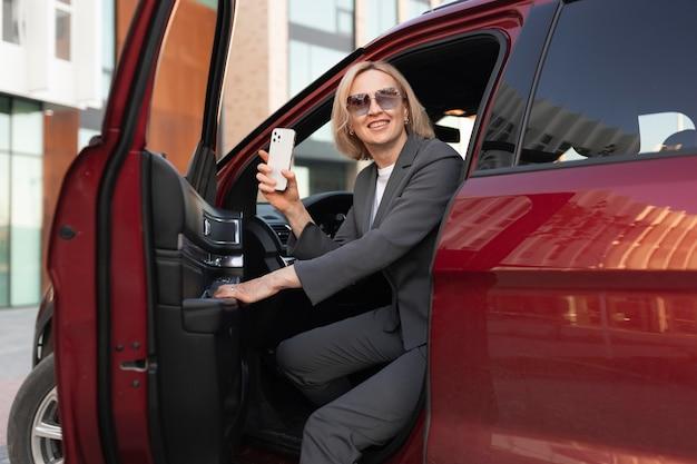 Frau mit mittlerem schuss sitzt im auto