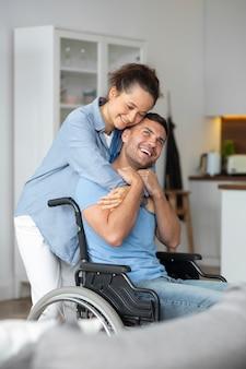 Frau mit mittlerem schuss umarmt mann