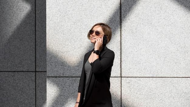 Frau mit mittlerer aufnahme am telefon
