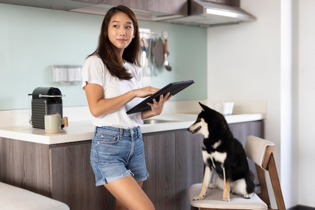 Frau mit mittlerer aufnahme, die an tablet arbeitet