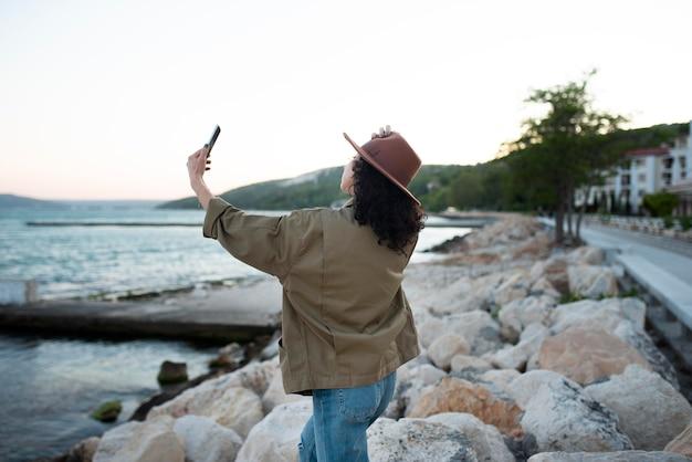 Frau mit mittlerer aufnahme, die selfies macht