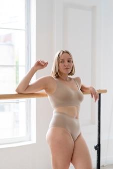Frau mit mittlerer aufnahme in unterwäsche