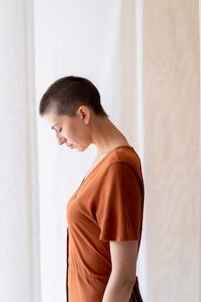 Frau mit mittlerer aufnahme posiert im studio