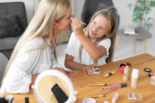 Frau mit mittlerer aufnahme schminkt sich