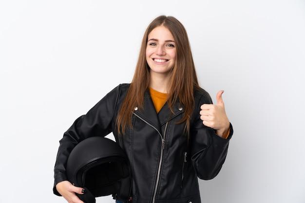 Frau mit motorradsturzhelm über lokalisierter wand