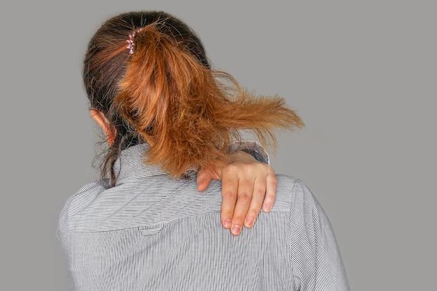 Frau mit nackenschmerzen. attraktive geschäftsfrau leidet unter nackenschmerzen