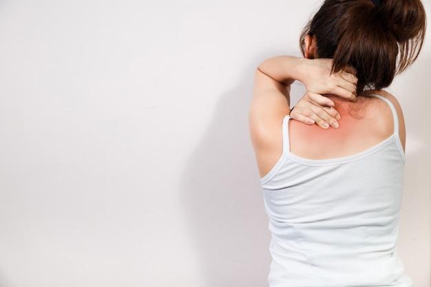Frau mit nackenschmerzen, massage des weiblichen körpers, schmerz im körper der frau lokalisiert auf weißem hintergrund.