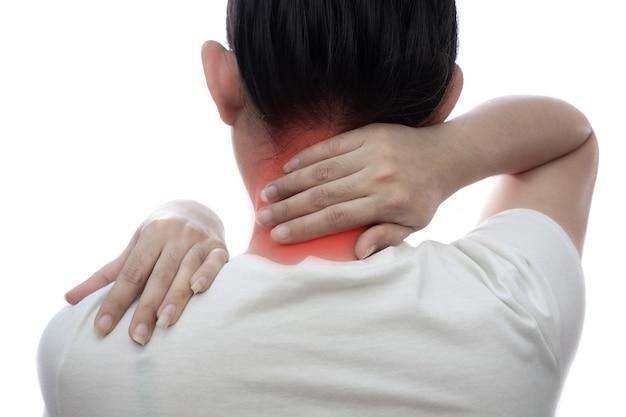 Frau mit nackenschmerzen und auf weißem hintergrund frauen fühlen sich erschöpft im gesundheitswesen