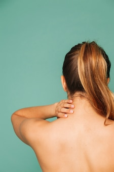 Frau mit nackenschmerzen