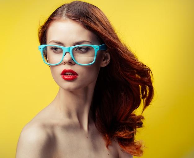 Frau mit nackten schultern blaue brille rotes haar beschnittene ansicht