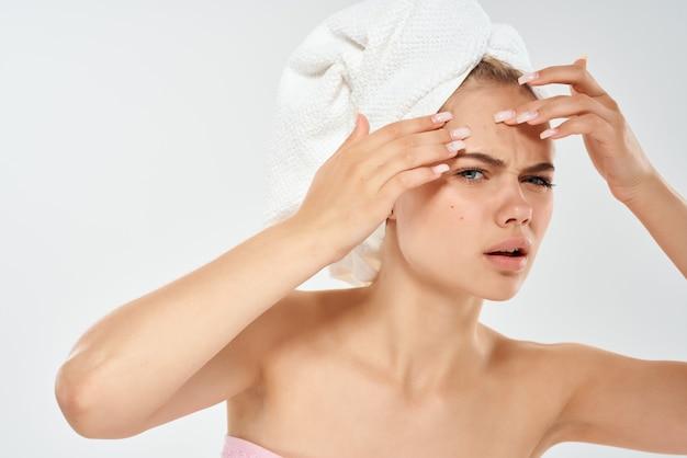 Frau mit nackten schultern hautpflege dermatologie gesundheit nahaufnahme