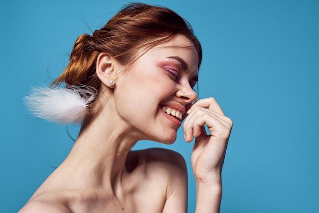 Frau mit nackten schultern heller make-up-dekoration-mode-blauer hintergrund