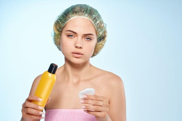 Frau mit nackten schultern herbst er hautpflege kosmetik gesundheit