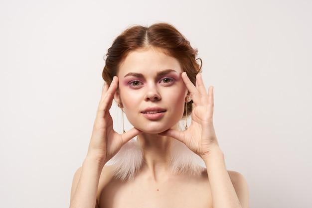 Frau mit nackten schultern schmuck helle make-up frische beschnittene ansicht