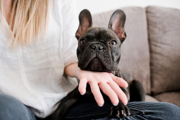Frau mit niedlicher kleiner französischer bulldogge