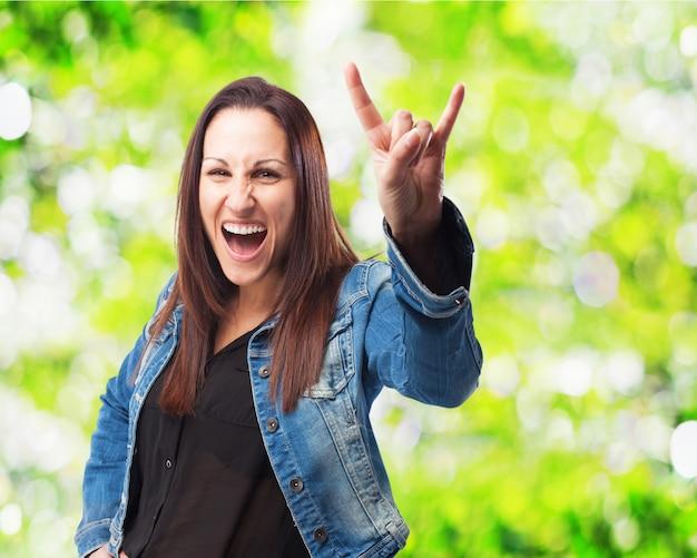 Frau mit offenem mund machen hörner mit der hand