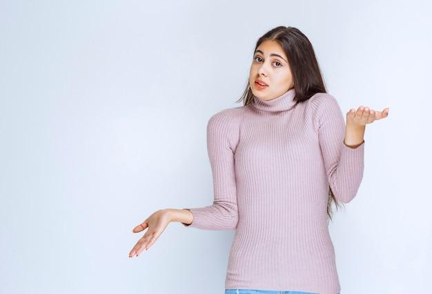 Frau mit offener hand, um etwas zu präsentieren oder zu erklären.
