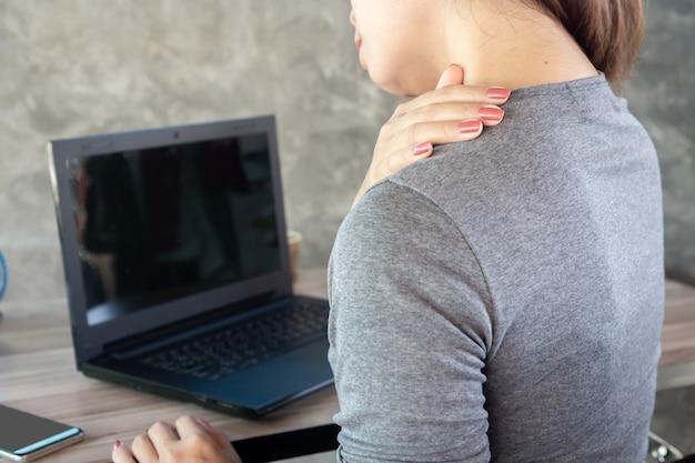 Frau mit office-syndrom nacken- und schulterschmerzen