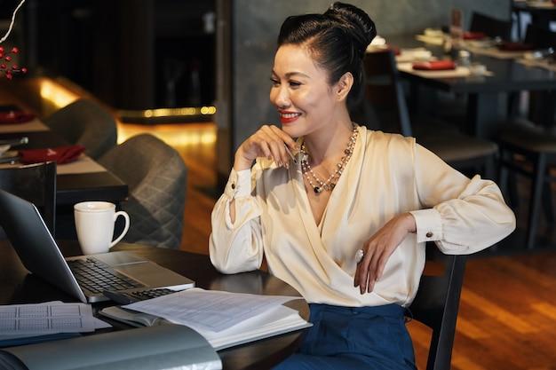 Frau mit online-meeting