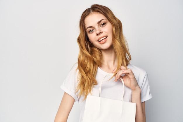 Frau mit paketen in den händen shopping shop lifestyle-unterhaltung