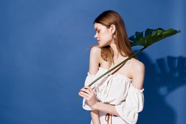 Frau mit palmen grünes blatt reisen blauen exotischen hintergrund.