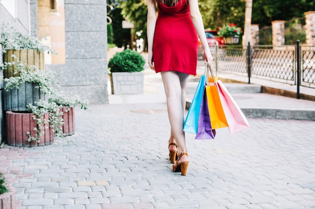 Frau mit papiertüten entlang der straße