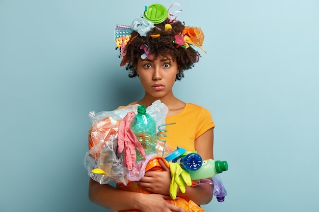 Frau mit plastikmüll im netzbeutel