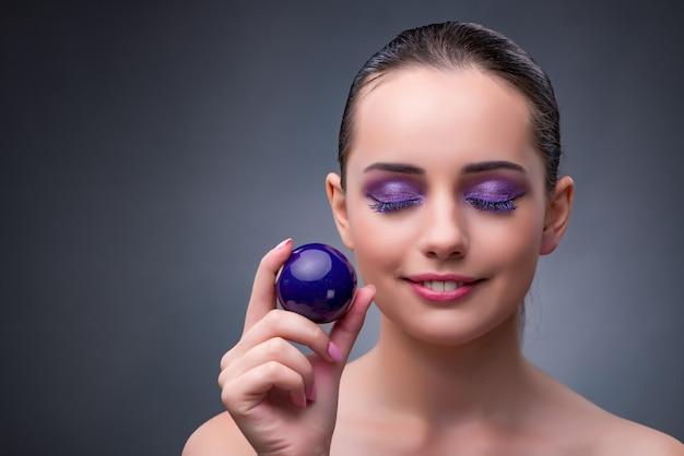 Frau mit purpurroter poolkugel