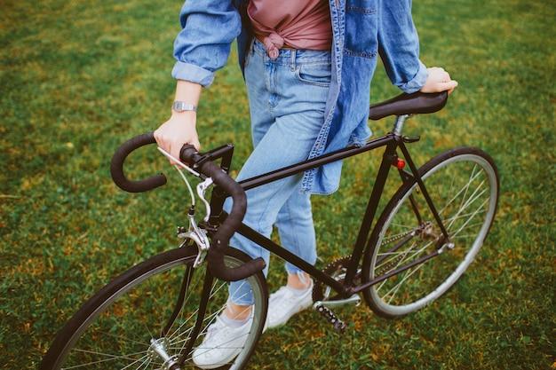 Frau mit radfahren