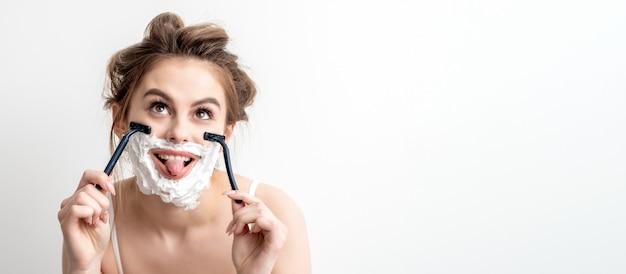 Frau mit rasierschaum auf ihrem gesicht