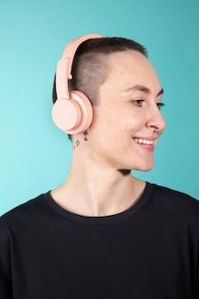 Frau mit rasierten haaren mit kopfhörern