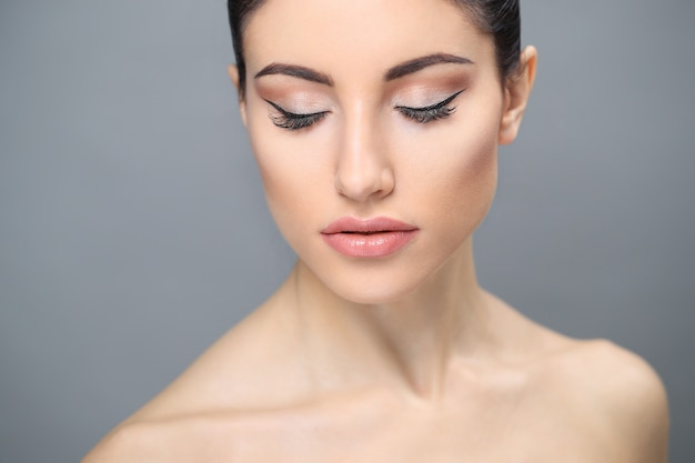 Frau mit reiner haut, die nacktes make-up trägt