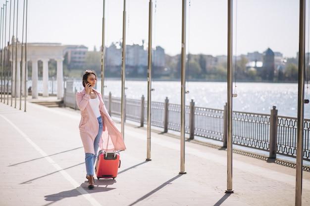 Frau mit reisetasche