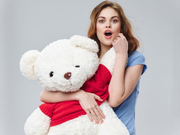 Frau mit riesigem teddybär