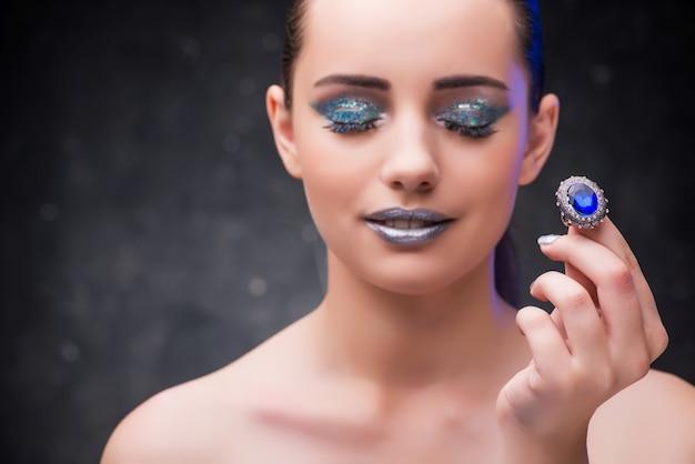 Frau mit ring im schönheitskonzept