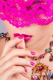 Frau mit rosa augenbinde auf ihren augen