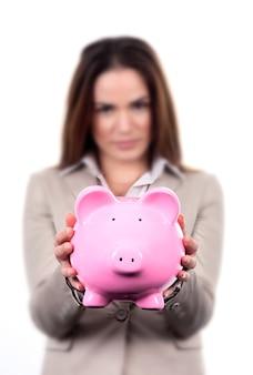 Frau mit rosa sparschwein auf weißem hintergrund