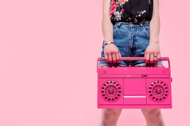 Frau mit rosafarbenem tonbandgerät