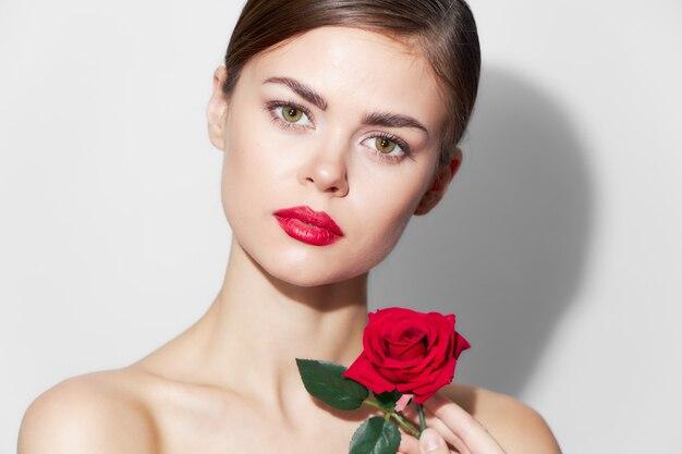 Frau mit rose red lippen bezaubern nackten schultern make-up hellen hintergrund