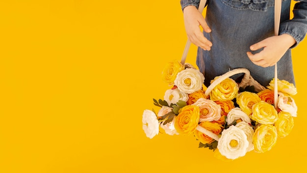 Frau mit rosen hoher winkelansicht