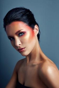 Frau mit rotem hellen make-up auf ihrem gesicht und augen