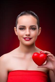 Frau mit rotem herzen im romantischen konzept