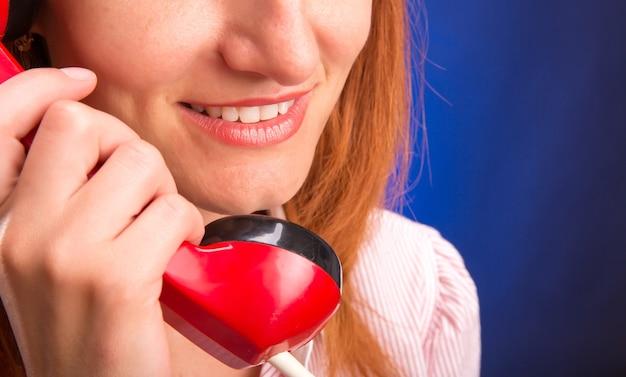 Frau mit rotem telefon