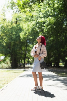 Frau mit roten haaren im park