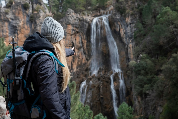 Frau mit rucksack, der natur erforscht